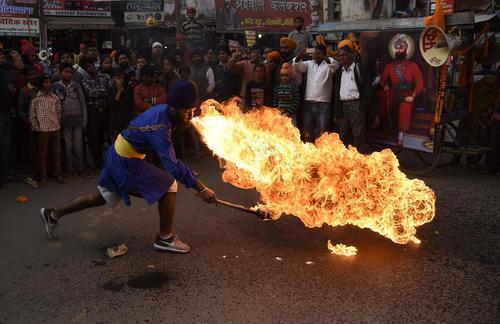 آتشبازی در یک جشنواره آیینی سیکها در الله آباد هند