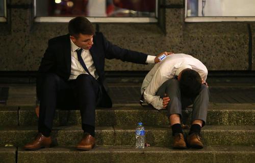 حال خراب پس از مصرف زیاد الکل در مقابل کلوبی شبانه در شهر کاردیف در ولز بریتانیا