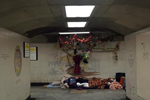 زندگی خانوادهای بی خانمان در ایستگاه مترو هاید پارک لندن