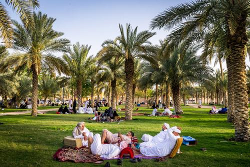 نشستن زنان و مردان در کنار هم در پارکی در ریاض