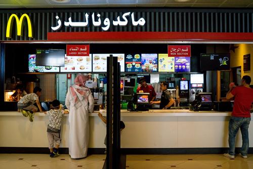 شعبه های فست فود مک دونالد در جای جای عربستان سعودی دایر است
