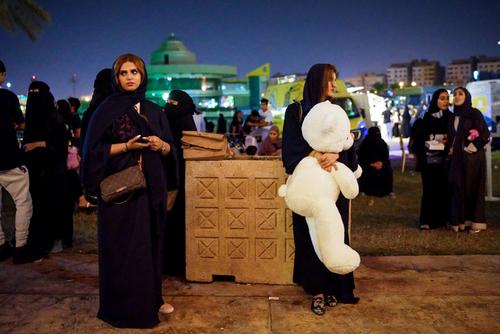 حضور زنان در یک برنامه موسیقی زنده در شهر الخُبر