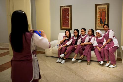 عکس گرفتان پیشخدمت های فیلیپینی در حاشیه یک جشن عروسی در ریاض
