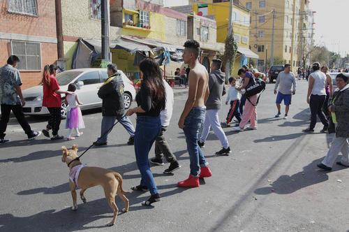 مردم شهر مکزیکوسیتی پس از وقوع زلزله ای 5 ریشتری با وحشت از خانه هایشان بیرون زدند.