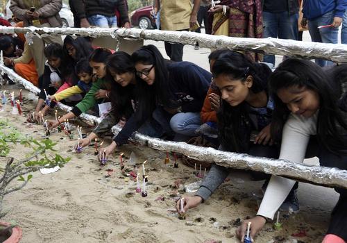 روشن کردن شمع از سوی مسیحیان شهر اللهآباد هند در روز کریسمس