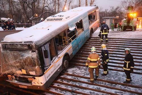 منحرف شدن یک اتوبوس از مسیر و افتادن به ورودی یک ایستگاه مترو در شهر مسکو. در این حادثه 4 نفر کشته شدند.