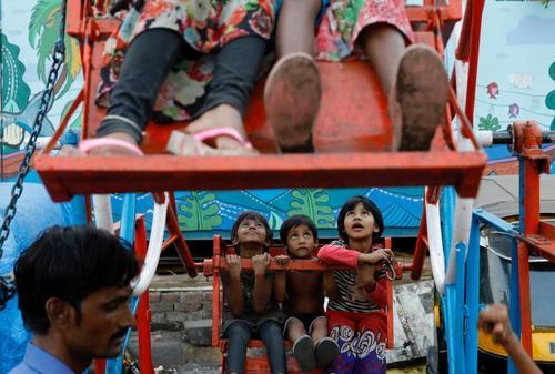 چرخ فلک سواری کودکان در شهر بمبئی هند/ عکس: رویترز