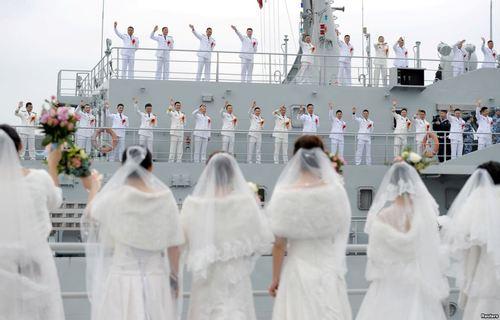 ازدواج گروهی پرسنل نیروی دریایی چین در پایگاهی دریایی در ژوشان چین