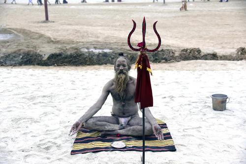 آبتنی مقدس هندوها در جریان یک جشنواره آیینی در حاشیه رود سنگام در اللهآباد هند و شهر احمد آباد