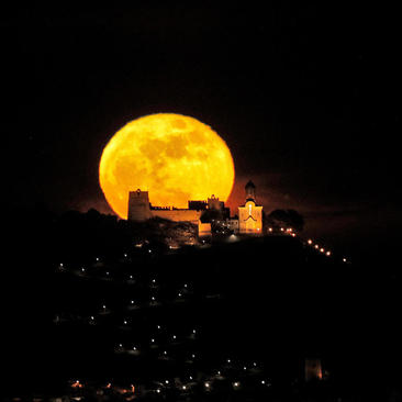 قرص کامل ماه در شهر والنسیا اسپانیا