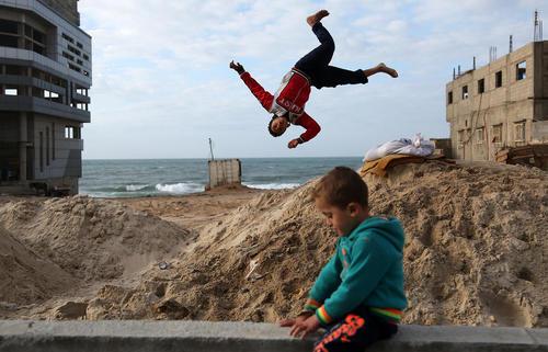 کودکان فلسطینی در حال بازی در اردوگاه الشاطی در باریکه غزه
