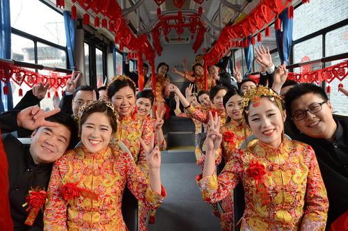 زوجهای چینی در یک جشن عروسی گروهی