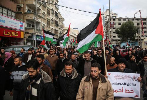 راهپیمایی کارمندان و حقوقبگیران در باریکه غزه در اعتراض به پایین بودن حقوق و دستمزدهایشان