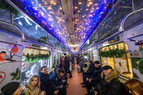 تزیینات سال نویی در واگنهای مترو شهر مسکو