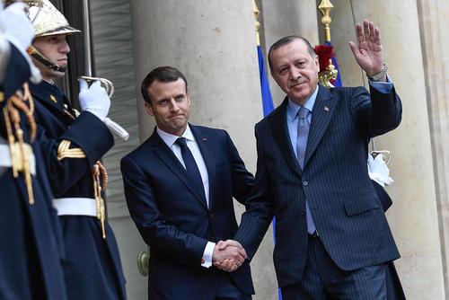 استقبال امانوئل ماکرون رییس جمهور فرانسه از رجب طیب اردوغان همتای ترکیه ای خود در کاخ الیزه در پاریس