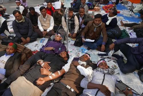 ادامه اعتصاب غذا تا دم مرگ معلمان حق التدریسی بنگلادش – داکا