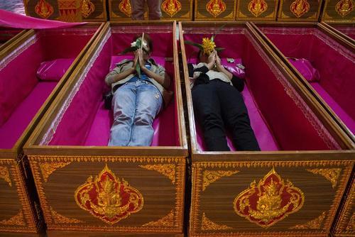 خوابیدن در تابوت در