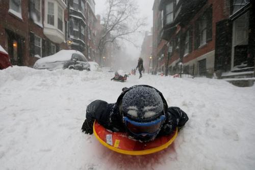 بازی کودکان در برف در شهر بوستون مرکز ایالت ماساچوست آمریکا