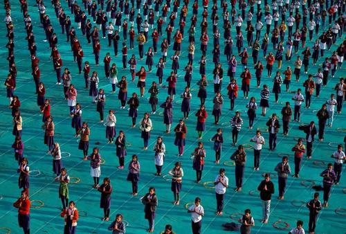 یوگا دستهجمعی دانش آموزان در مدرسه ای در شهر احمدآباد هند