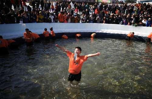 ذوق زدگی نوجوان کره ای از صید ماهی در جشنواره یخ – شهر هواچئون کره جنوبی / عکس: رویترز