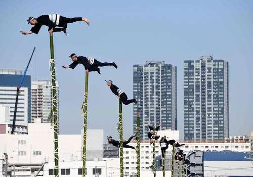 مسابقات حرکات نمایشی روی چوب بامبو در توکیو