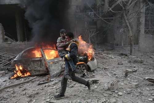 فرار از حمله هوایی نیروهای دولتی در شهر حموریه سوریه/ عکس: خبرگزاری فرانسه