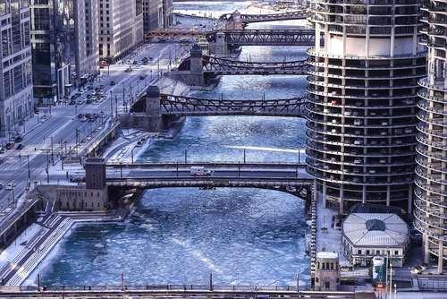 سرمای کمسابقه و یخزدگی رودخانه در شهر شیکاگو آمریکا