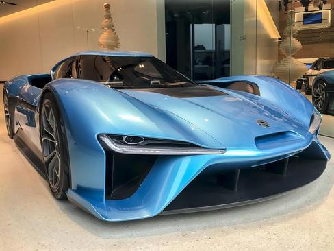 نمایش سریع ترین خودروی برقی جهان (نایو ای پی 9) در مرکز خریدی در شانگهای چین