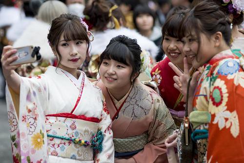دختران جوان ژاپنی در جشن 20 سالگی- سن بزرگسالی- توکیو و یوکوهاما