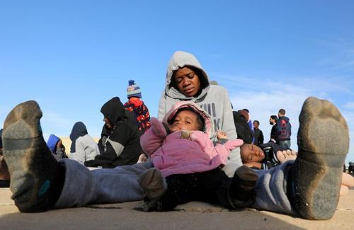 بازگرداندن پناهجویان عازم اروپا از دریای مدیترانه به پایگاهی دریایی در شهر طرابلس لیبی