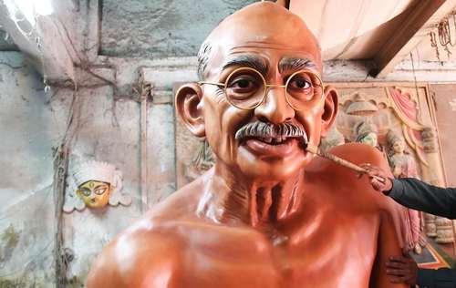 آماده کردن یک مجسمه از مهاتما گاندی رهبر استقلال هندوستان برای رژه روز جمهوری در دهلی – کلکته