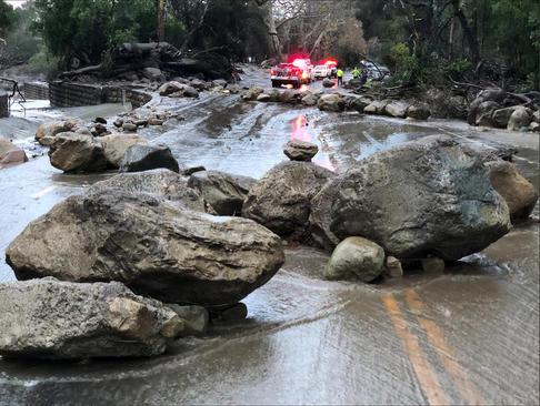ریزش سنگ به جاده ای در کالیفرنیا آمریکا در اثر سیل