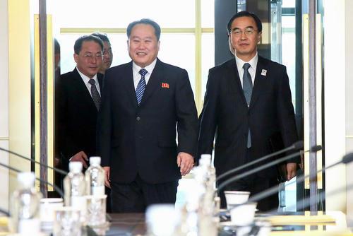 ملاقات هیاتهای دیپلماتیک عالیرتبه دو کره پس از نزدیک به دو سال و نیم در خانه صلح در منطقه مرزی بین دو کشور