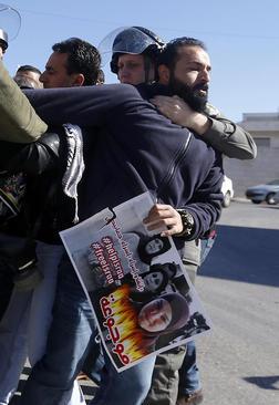 دستگیری معترضان فلسطینی از سوی سربازان اسراییل در تظاهرات همبستگی با زندانیان فلسطینی دربند زندانهای اسراییل- بیت لحم در کرانه باختری
