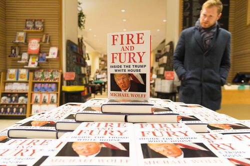 فروش کتاب جنجالی و افشاگرانه درباره دونالد ترامپ – آتش و خشم درون کاخ سفید ترامپ – در فروشگاههای کتابفروشی در لندن