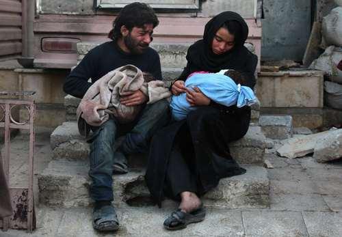 گریه یک پدر و مادر سوری به خاطر از دست دادن یکی از پسربچه هایشان در حمله هوایی – شهر دوما/ عکس: خبرگزاری فرانسه