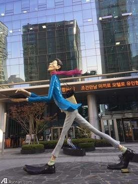 محوطه ورودی خبرگزاری یونهاپ کره جنوبی - نماد خبرنگار مدرن در مقابل خبرگزاری نصب شده است.