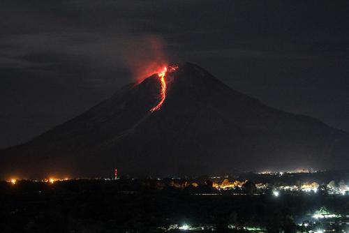 گدازههای کوه آتشفشان در جزیره کارو اندونزی