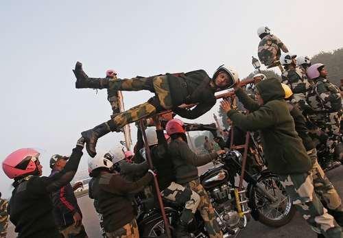 تمرینهای آمادگی نیروهای گارد مرزی هند برای رژه روز جمهوری در دهلی نو/ عکس: رویترز