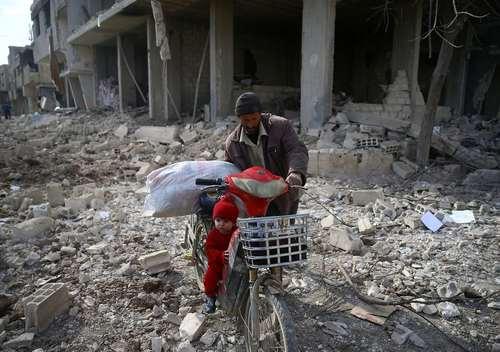 پدر وفرزند سوری در منطقه مصرابه سوریه