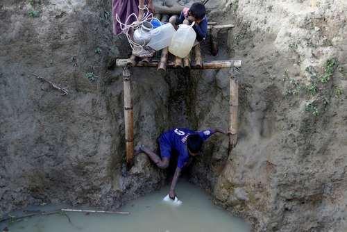 پناهجویان مسلمان میانماری در بنگلادش در حال جمع کردن آب برای مصرف در اردوگاه