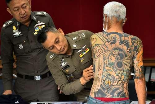 بازرسی بدنی یک مظنون به قتل 72 ساله ژاپنی از سوی پلیس تایلند