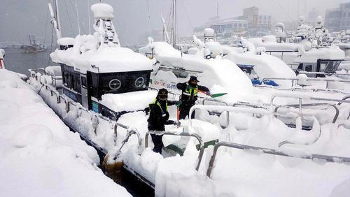 بارش برف در شهر بندری گونسان کره جنوبی