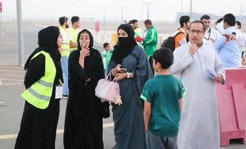 خانم با یونیفورم سبز مسوول راهنمایی و کنترل بلیط در بخش خانواده ورزشگاه