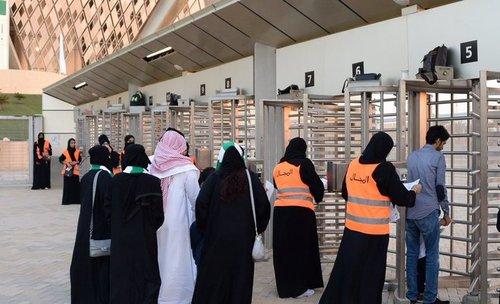 خانم هایی با یونیفورم نارانجی مسول راهنمایی و کنترل بلیط در بخش خانواده ورزشگاه