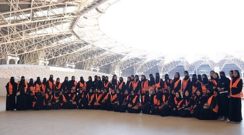 عکس یادگاری خانم هایی با یونیفورم نارانجی مسول راهنمایی و کنترل بلیط در بخش خانواده ورزشگاه
