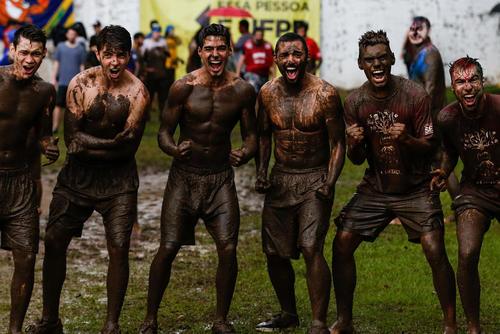 دانشجویان تازه وارد به یک دانشگاه برزیلی به رسم مالوف خود را گِلمالی کرده اند- شهر کوریتیبا برزیل