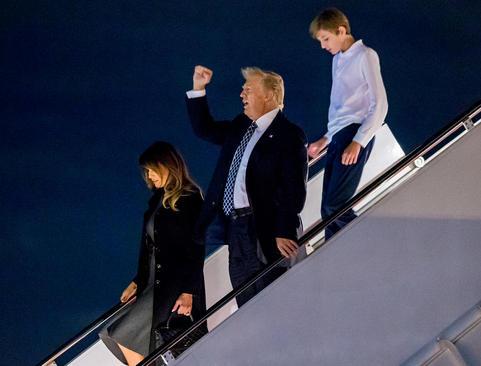فرود هواپیمای حامل خانواده  ترامپ به فرودگاه