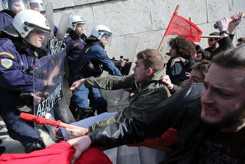 تظاهرات در مقابل ساختمان پارلمان یونان در آتن علیه محدودیتهای قانون جدید اعتصابات کارگری و مزایده املاک و مستغلات