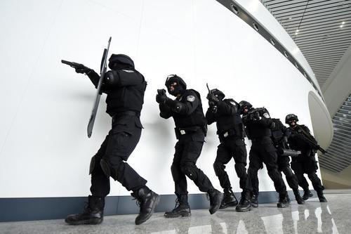 رزمایش ضد تروریستی در ایستگاه قطار شهر چونگینگ چین